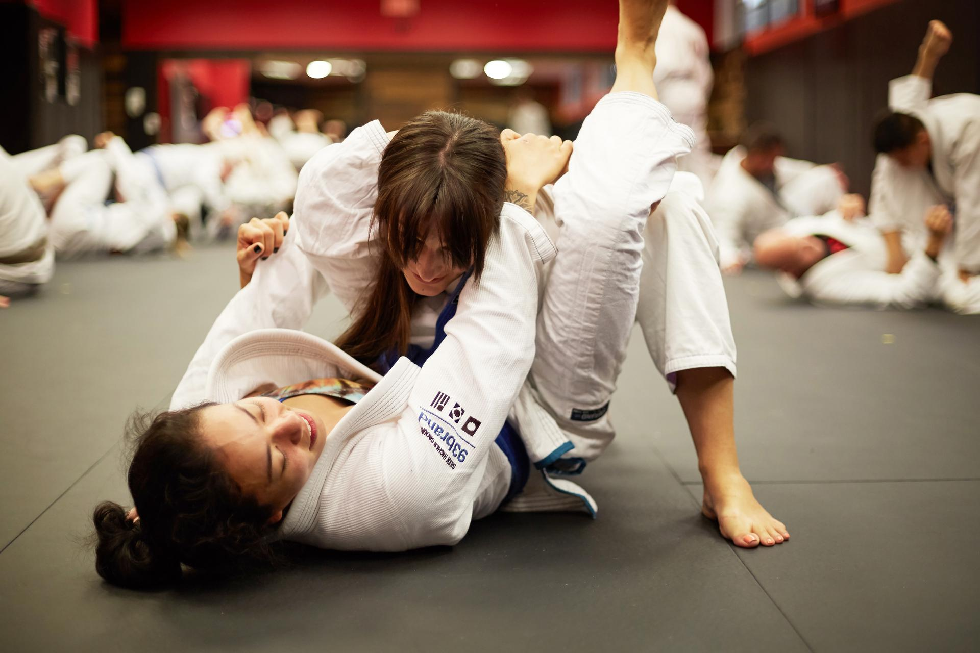 wo girls training bjj and performing the triangle choke